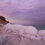 Steinstrand mit dicken Salzschichten bei En Gedi | Каменный пляж у Айн Геди
