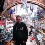 Händler vor seinem Laden   Продавец