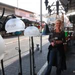 Chrissi vor dem Lampengeschäft | Крисси рядом с магазином люстр